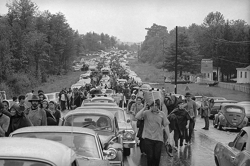 На «Вудстоке» выступили Джими Хендрикс, Дженис Джоплин, группы The Who, Jefferson Airplane, Grateful Dead и другие известные музыканты. Пробки по дороге на фестиваль были впечатляющими: люди оставляли свои машины и шли пешком несколько километров. Всего «Вудсток» посетили около 500 тыс. человек