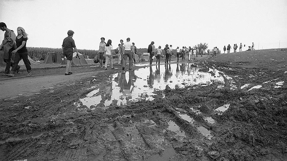 По завершении «Вудстока» организаторы фестиваля остались должны около $1,3 млн. Расплатиться с кредиторами удалось лишь 10 лет спустя — благодаря продажам записей выступлений Джими Хендрикса, Карлоса Сантаны, Джо Кокера и других музыкантов, выступавших на «Вудстоке» в 1969 году