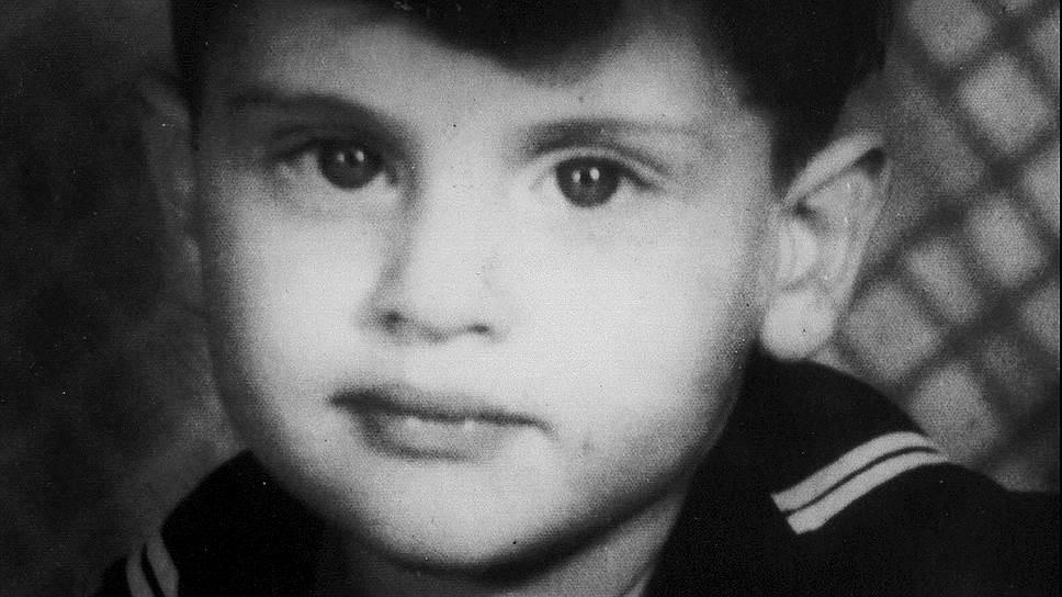 Джозеф Айра Дассен родился 5 ноября 1938 года в Нью-Йорке в семье актера еврейского театра Жюля Дассена, ставшего впоследствии известным режиссером, и скрипачки Беатрис Лонер-Дассен. Дед Дассена по отцовской линии эмигрировал в США из Одессы, а дед по материнской линии — из Бучача (Украина). У Джо было две младших сестры — Ришель, написавшая слова ко многим песням брата, и Жюли