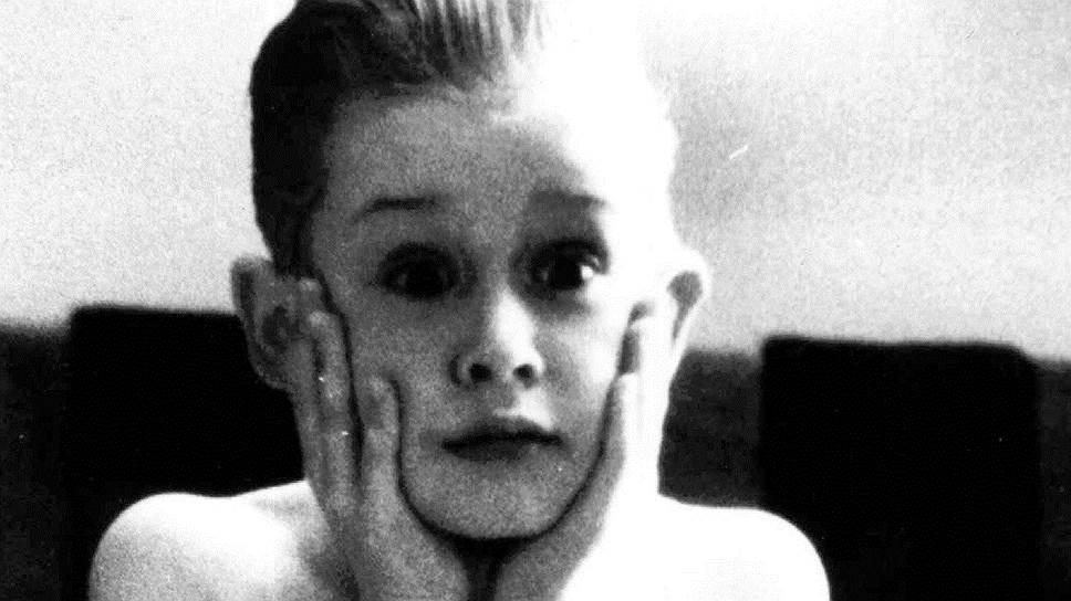 Маколей Карсон Калкин родился 26 августа 1980 года в Нью-Йорке. Его мать была телефонисткой, а отец — пономарем при местной католической церкви. Мальчик ходил в специальную школу для детей, которые с раннего детства играли в кино и театрах. Он выделялся среди сверстников и сразу проявил незаурядные актерские способности