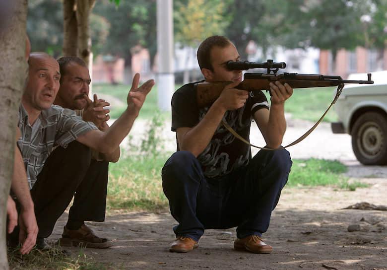 С первого же дня вокруг школы стояло оцепление не только из военных, но и местных мужчин, вооруженных ружьями и винтовками