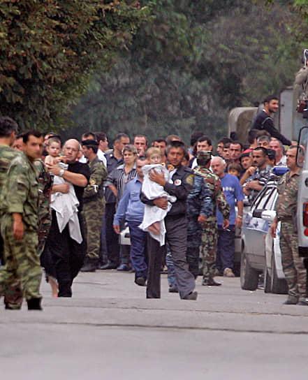 Носилки выносили бегом, раненых грузили в прибывшие скорые и отправляли в больницы
