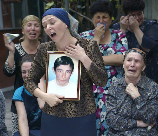 Похороны погибших при теракте начались пятого сентября. В это же время во Владикавказе начались митинги с требованием отставки президента Северной Осетии Александра Дзасохова