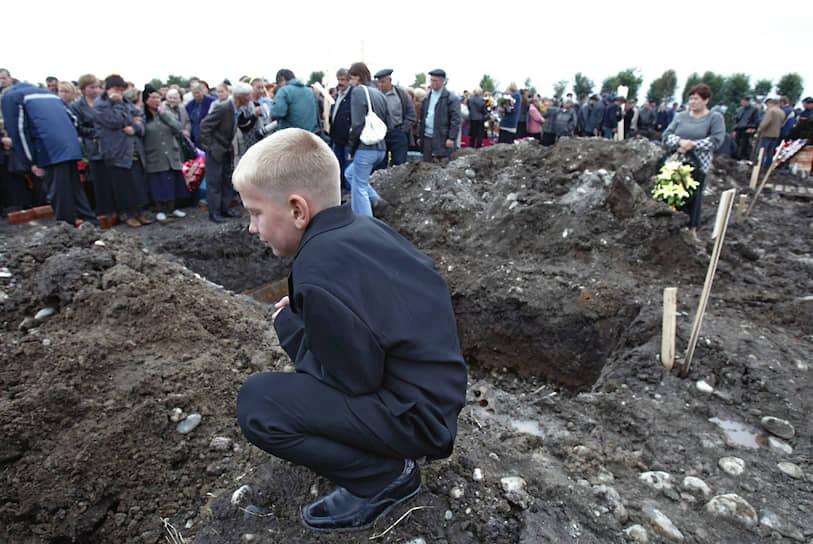 На похоронах родственница погибшей ученицы Аланы Лолаевой Римма вспоминала: «У нас три дома, те, что рядом со школой, и мы 39 человек похоронили за три дня»