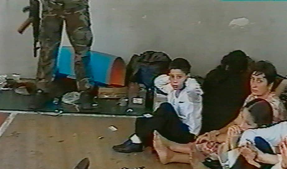 Все заложники находились в спортивном зале школы, который был заминирован боевиками. В первый же день начались переговоры, которые, однако, ни к чему не привели. Из котельной захваченной школы были выведены 15 человек, спрятавшихся при нападении