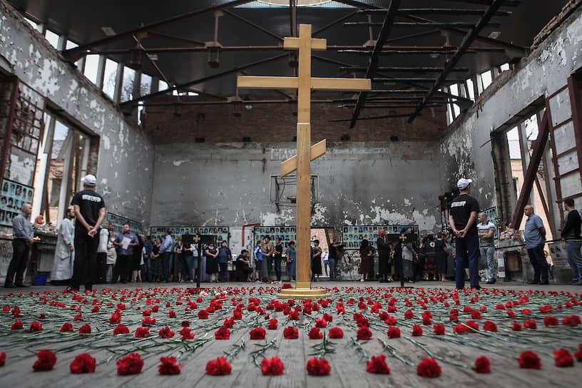 Ежегодно в Беслане проходят вахты памяти по жертвам теракта. В стенах разрушенного спортзала служат заупокойную литургию. 3 сентября с 2005 года отмечается в России как День солидарности в борьбе с терроризмом