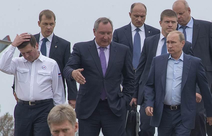 Президент России Владимир Путин (справа) и вице-премьер Дмитрий Рогозин