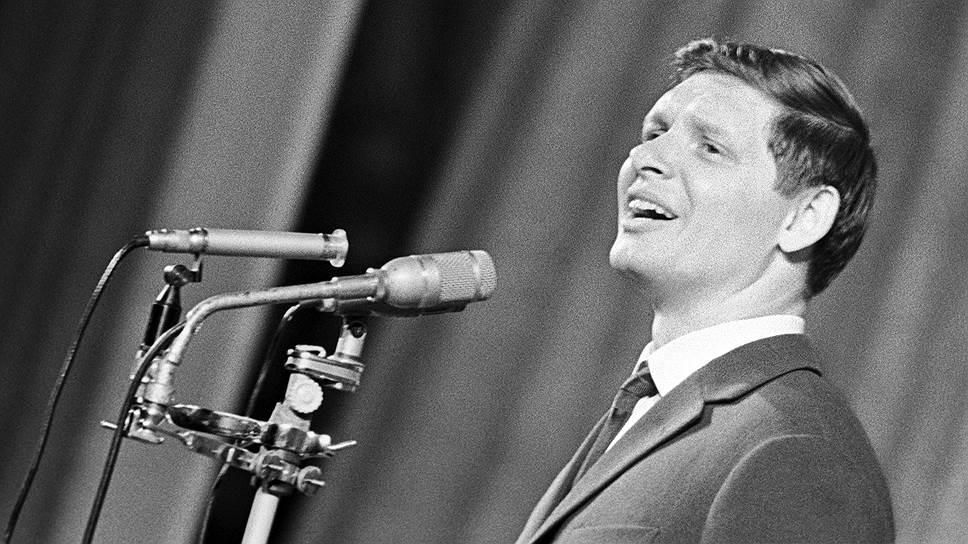Эдуард Хиль — самый оптимистичный из советских певцов. Окружающая советская действительность не располагала к особому оптимизму, и на Эдуарда Хиля была фактически возложена ответственность за хорошее настроение целого советского народа