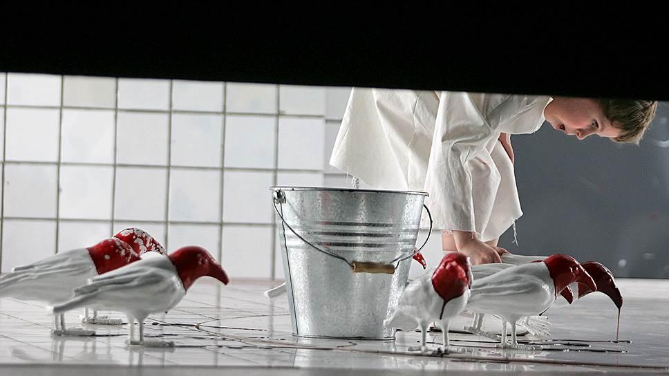 С 2002 года Кирилл Серебренников ставил спектакли в МХТ имени А.П. Чехова, а с 2008 года вел актерско-режиссерский курс в Школе-студии МХАТ<br> На фото: пресс-показ спектакля «Человек-подушка» по пьесе Мартина МакДонаха в постановке режиссера Кирилла Серебренникова на сцене МХТ имени А.П. Чехова