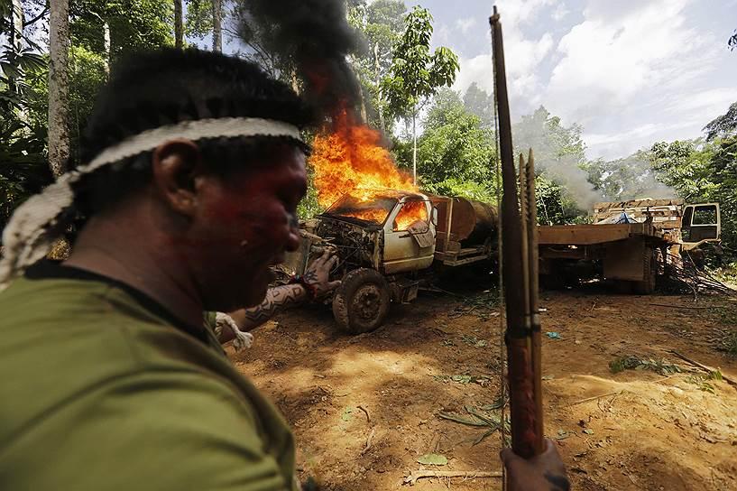 Агрессия индейцев вызвана и тем фактом, что лесорубы долгое время ловили членов племени, избивали их и всячески издевались