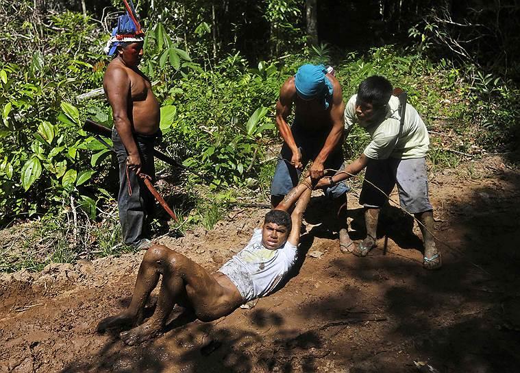 Индейцы жестоко расправляются с лесорубами. Раздевают и избивают, сжигают их машины, конфискуют оборудование