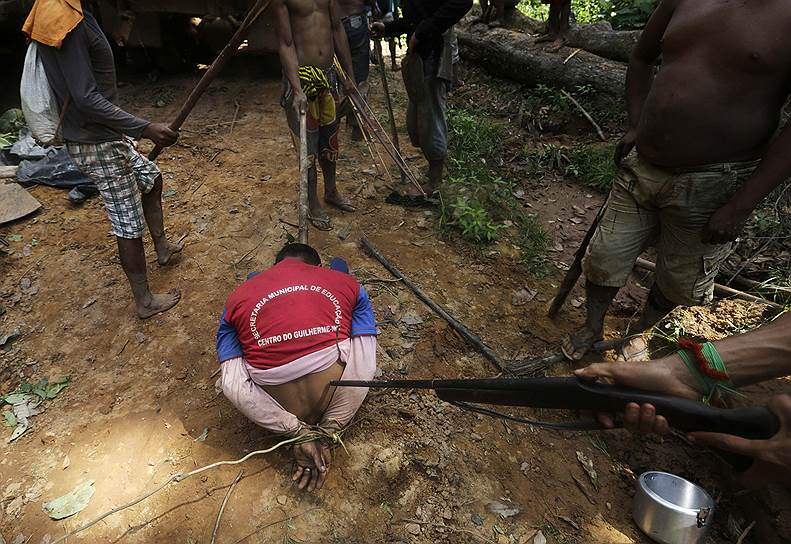 Тем временем в новостях называют официальную версию происходящего, в которой считают, что индейцы развязали войну за лес