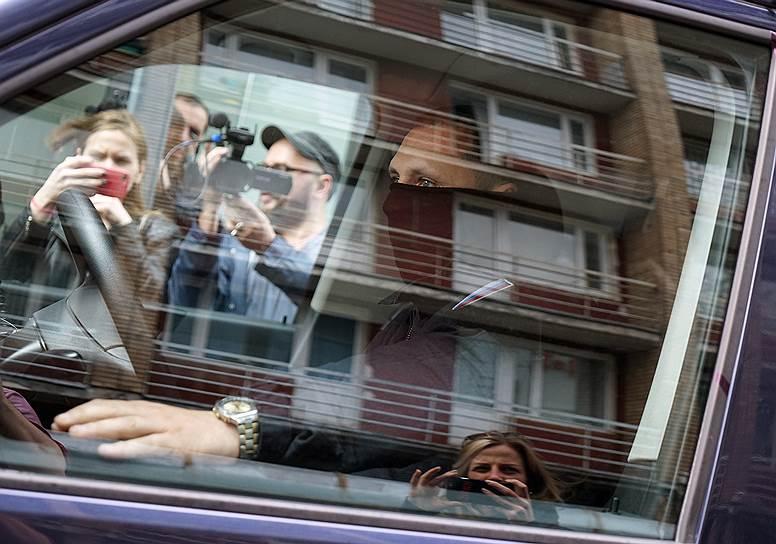 В мае 2017 года в «Гоголь-центре» и квартире Кирилла Серебренникова прошли обыски. Впоследствии режиссеру были предъявлены обвинения в мошенничестве в особо крупном размере, Серебренников был помещен под домашний арест, а его имущество арестовано