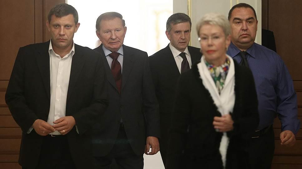 Слева направо: премьер ДНР Александр Захарченко, бывший президент Украины Леонид Кучма, посол РФ на Украине Михаил Зурабов, спецпредставитель ОБСЕ Хайди Тальявини и глава ЛНР Игорь Плотницкий