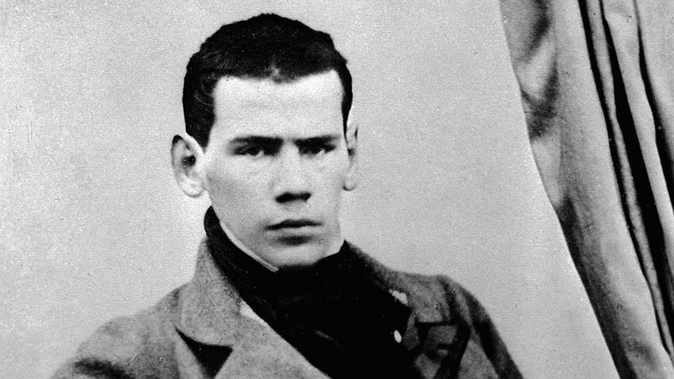 Лев Толстой родился 9 сентября 1828 года в дворянской семье Толстых, известных с 1351 года. В возрасте 16 лет будущий писатель поступил в Казанский университет на отделение восточных языков философского факультета, затем перевелся на юридический факультет, где проучился неполных два года: занятия не вызывали у него живого интереса