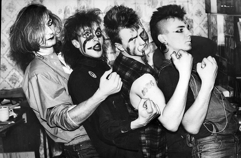 «Гражданская оборона» играла панк-рок в отчетливых суицидально-психоделических тонах. Она всегда контрастировала с умиротворенными бардовскими или же схематично-героическими интонациями прочих отечественных рок-групп. И стала одной из главных. В поколении тридцатилетних многие горланили в подъезде «Все идет по плану» и «Лед под ногами майора»
