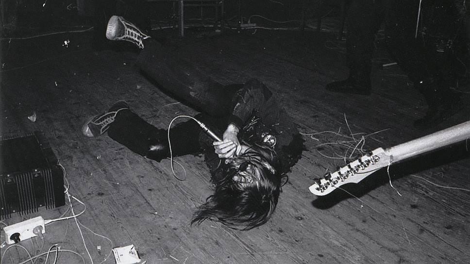 И пока ленинградские рокеры конструировали свои лучшие альбомы в относительно спокойных условиях созданного с подачи КГБ Ленинградского рок-клуба, тот же КГБ стал давить на непокорного омича. По его собственным словам, «раскрутка была вплоть до Москвы»