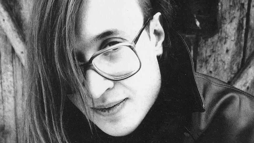 К 1990 году «Гражданскую оборону» оформили на работу в Ленинградский рок-клуб. Однако неуклонная коммерциализация рока пришлась Летову не по душе