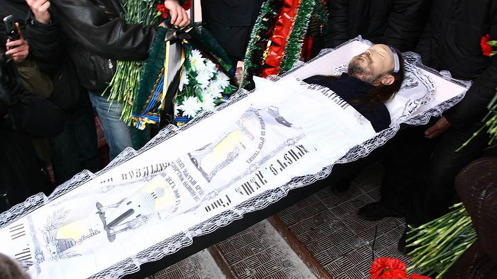 19 февраля 2008 года Егор Летов умер в Омске. Причиной смерти стал сердечный приступ