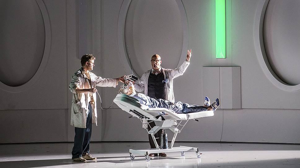 Популярность «Соляриса» настолько велика, что не ограничивается фильмами. В Германии популярна одноименная опера по роману польского писателя-фантаста (на фото сцена из оперы)