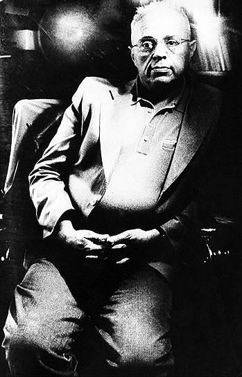 «Больше всего может дать тот, кто все потерял» <br>Станислав Лем родился 12 сентября 1921 года во Львове (который в тот момент принадлежал Польше) в семье отставного военного врача австро-венгерской армии. Недолгое время проучился в местном медицинском институте, но, как сам признавался, «без особого энтузиазма». Его гораздо больше привлекала «политехника», но поступить в университет по этой специальности помешало недостаточно пролетарское происхождение. Отец будущего писателя использовал свои связи, чтобы сын получил хоть какое-то образование, однако учеба была прервана войной