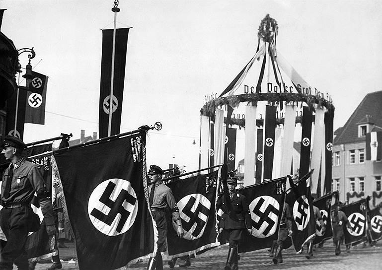 1935 год. На партийном съезде Национал-социалистической немецкой рабочей партии (НСДАП) в Нюрнберге среди других «Нюрнбергских законов» был принят «Закон о государственном флаге», которым было установлено: государственным и национальным флагом является флаг со свастикой. Он также стал торговым флагом
