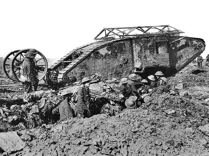 1916 год. Применение танков в боевых действиях в Первой мировой войне. Англичане на реке Сомме бросили против немцев 49 танков модели Mk.1