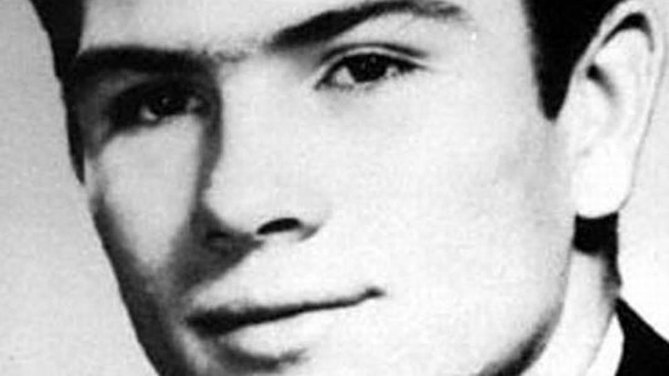 Томми Ли Джонс родился в Техасе, в семье рабочего нефтяного месторождения и школьной учительницы, которая стала владелицей салона красоты. Дальние предки семьи были индейцами. Родители Джонса дважды женились и разводились