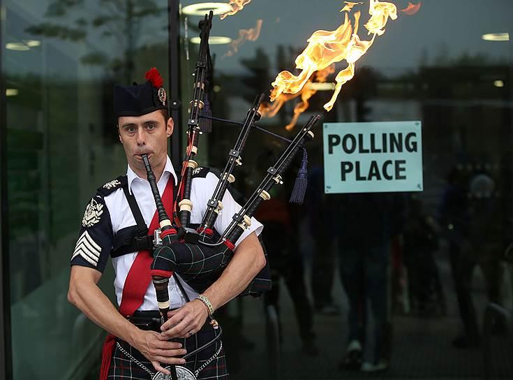 В связи с эти жители Шотландии разделились на два лагеря, две кампании: «Yes Scotland» — «Да — Шотландия» и «Better together» — «Вместе лучше»