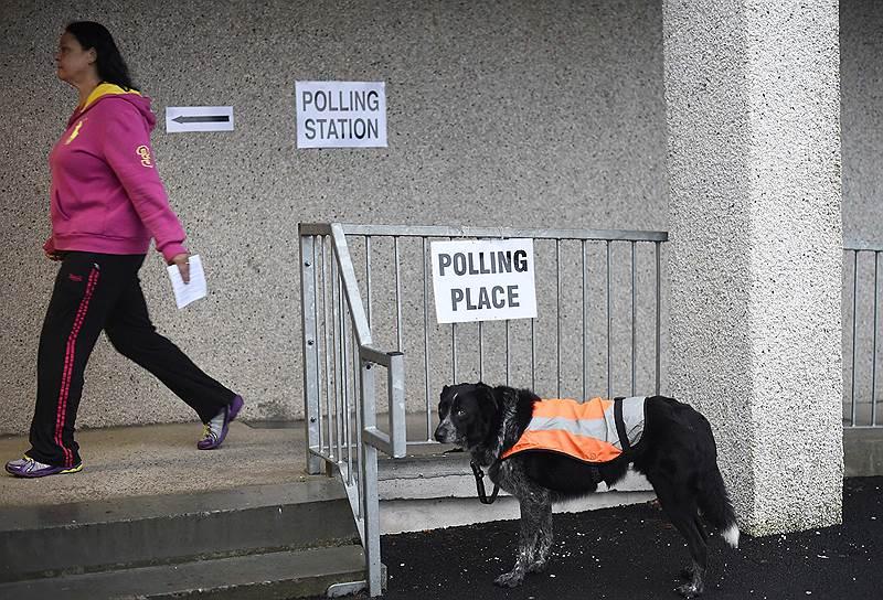 А чего стоит один Джеймс Бонд в исполнении Шона Коннери (он хоть и живет сейчас в офшоре на Багамах, но активно поддерживает националистов). А еще Вальтер Скотт и даже Гарри Поттер. Кстати, англичанка Джоан Роулинг, создавшая шотландца Гарри Поттера, живет в Эдинбурге и будет голосовать за сохранение союза. Она поддерживает лейбористов и из своих средств пожертвовала миллион фунтов на кампанию «Лучше вместе». Шотландских националистов писательница сравнила с «пожирателями смерти» — союзом черных магов, презирающих всех, у кого нечистая кровь