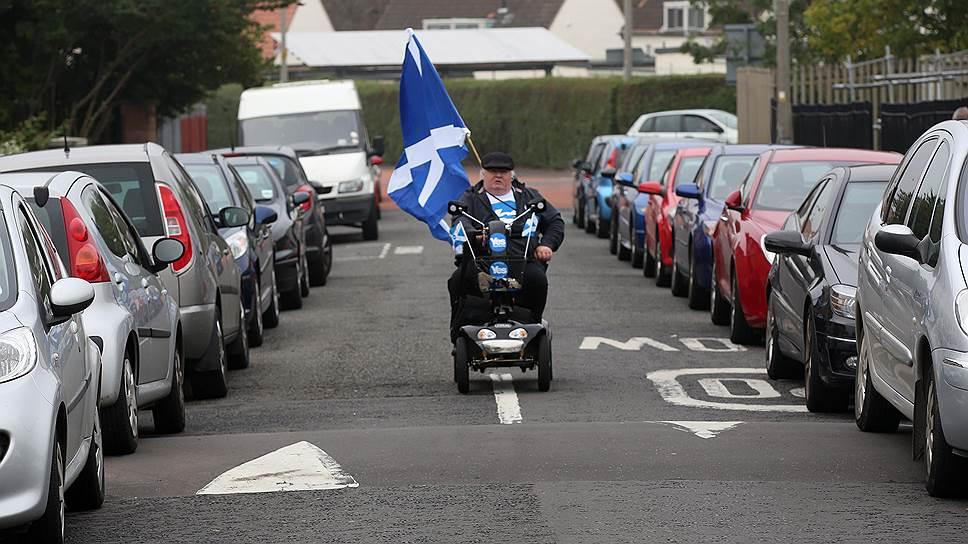 Неясно, что будет с фунтом, останется у двух стран единая валюта или нет. Неясно, станет ли независимая Шотландия членом ЕС автоматически или ей придется подавать заново заявку. То же и с НАТО. Национальная партия официально хочет сделать Шотландию безъядерной зоной, закрыть британскую базу атомных подводных лодок с «Трайдентами». Но в штаб-квартире НАТО шотландской делегации дали понять, что так не пойдет, с такой политикой ее в НАТО не примут. Значит, она лишится и общей натовской гарантии безопасности