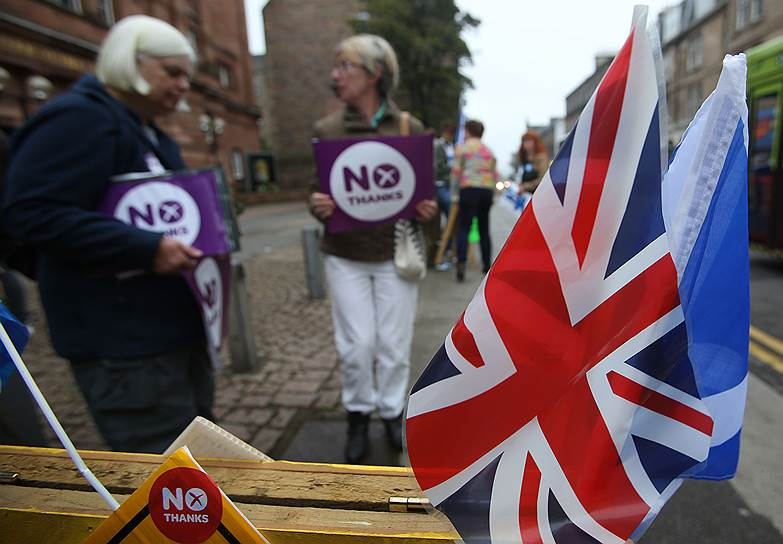 Премьер-министр Великобритании Дэвид Кэмерон призвал шотландцев «не разделять страну» и даже вывесил шотландский флаг на своей резиденции. Кэмерон заявил о том, что страна может прекратить свое существование как единое государство, если на референдуме жители Шотландии проголосуют за независимость