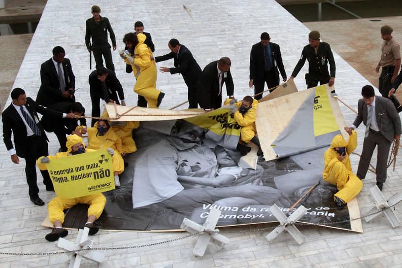 25 апреля 2011 года, накануне 25-й годовщины аварии на чернобыльской АЭС бразильские активисты инсценировали атомное чрезвычайное происшествие в центре Рио-де-Жанейро, выступая против строительства третьего реактора АЭС «Ангра». Экологи, переодевшись в оранжевые костюмы химической защиты, зажгли дымовые шашки рядом со штаб-квартирой Национального банка экономического и социального развития Бразилии