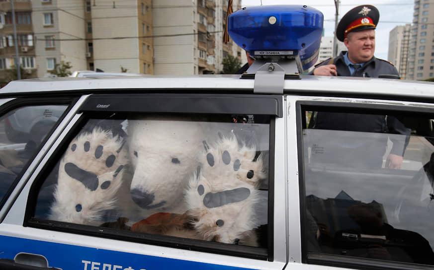 5 сентября 2012 года 20 активистов Greenpeace из пяти стран, одетые в костюмы белых медведей, заблокировали въезд в московский офис «Газпрома». Таким образом экологи выступили против нефтедобычи в Арктике дочерней компанией «Газпрома» — «Газпром нефть шельф» на платформе «Приразломная» в Печорском море. Участники акции были задержаны полицией