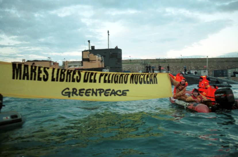 16 января 2001 года экологи из Greenpeace на надувных лодках попытались прорваться к стоящей на ремонте в порту Гибралтара британской атомной подводной лодке HMS Tireless и развернули на ее фоне растяжку «За безъядерные моря». В общей сложности 10 человек были приговорены к штрафу в £350 каждый. Изъятые полицией плавсредства суд постановил вернуть.