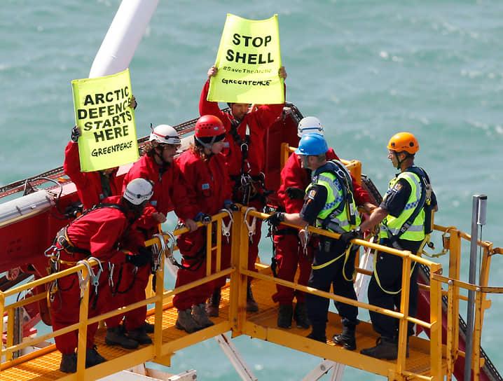 24 февраля 2012 года группа из шести активистов Greenpeace захватила и в течение трех дней удерживала в Новой Зеландии буровое судно Noble Discoverer, законтрактованное Shell для геологоразведки в Арктике. Компания потребовала возмещения $500 тыс. убытков. В феврале 2013 года новозеландский суд оштрафовал каждого участника захвата на $545 и приговорил к 120 часам общественных работ