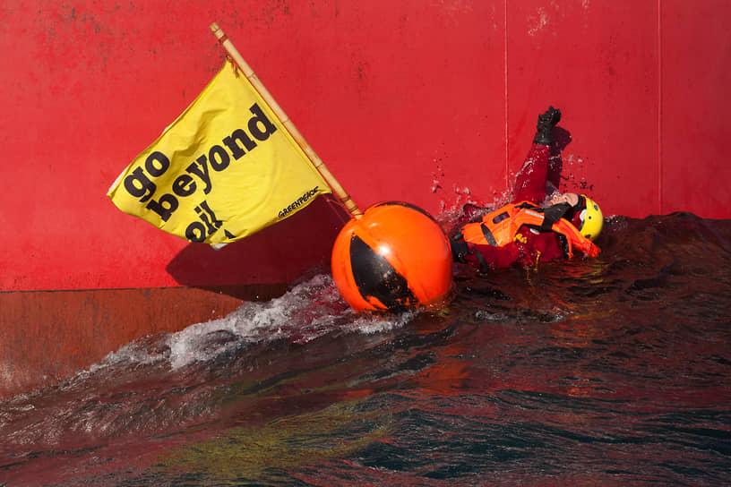 21 сентября 2010 года активисты Greenpeace высадились на буровое судно компании Chevron у Шетландских островов, чтобы предотвратить добычу нефти в регионе. Экологи закрепили надувной спасательный плот и смогли четыре дня блокировать выход судна в открытое море. После того, как адвокаты добились судебного запрета акции, судно вышло в море к месту бурения