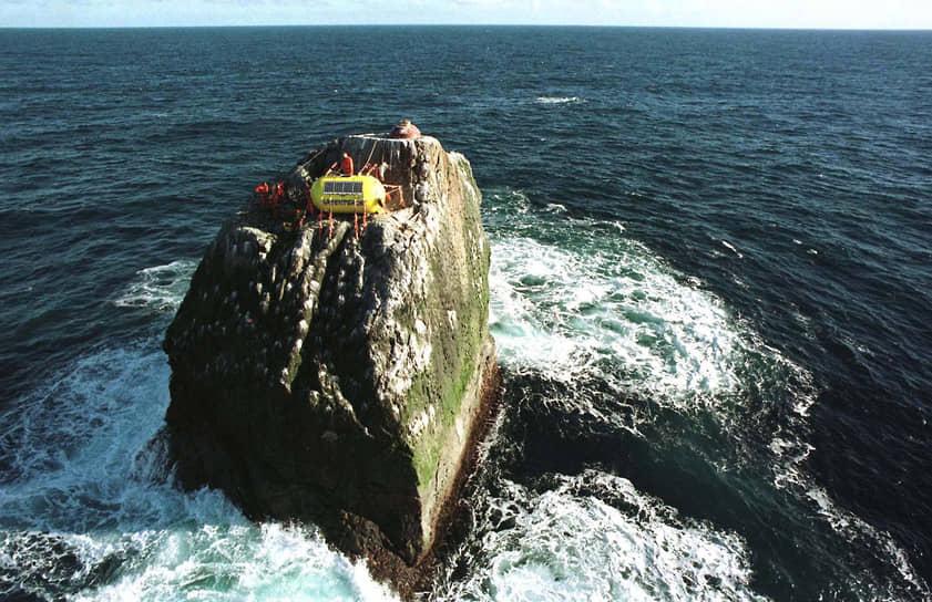 10 июня 1997 года трое активистов на 42 дня захватили необитаемую скалу Роколл в Атлантическом океане. На нее претендуют Великобритания, Дания, Исландия и Ирландия. Право на скалу позволило бы стране разрабатывать нефтяные месторождения и ловить рыбу в этой акватории. В знак протеста экологи продержались на скале больше месяца. Они жили в желтой пластиковой капсуле, которую закрепили на многотонных стропах
