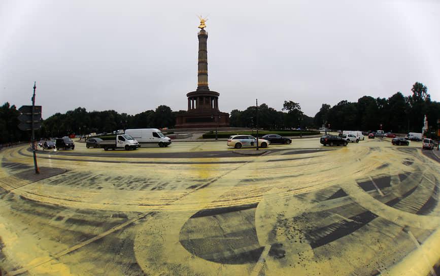26 июня 2018 года в Германии в рамках акции «Солнце вместо угля» активисты разлили в центре Берлина больше 3 тыс. литров желтой краски на кольцевую развязку у колонны Победы. Колеса автомобилистов и велосипедистов разнесли краску по прилегающим улицам, нарисовав таким образом солнце. С помощью этой акции экологи надеялись призвать власти страны к отказу от угольных электростанций. Уборка города обошлась правительству в €14 тыс.