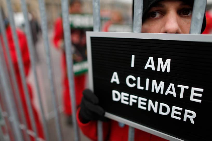 В последние годы в СМИ нередко высказывались мнения о том, что акции Greenpeace финансируются конкурентами компаний, против которых выступает организация. Сами экологи это отрицают. Один из основателей Greenpeace Пол Уотсон заявлял, что «власть в организации захватили бюрократы, юристы и экономисты». Он объяснил, что «теперь цель Greenpeace — это поддержание работы самой организации. Сотрудников переполняет сознание важности того, что они делают, при том что занимаются они исключительно бумажной волокитой»