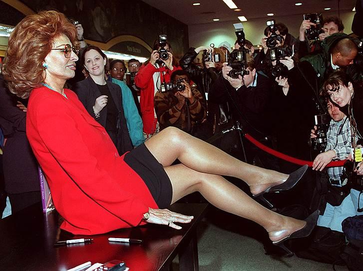 Актриса, по ее словам, хранит все наряды, в которых ей пришлось выступать за ее долгую карьеру. «Даже тот счастливый костюм, в котором 50 лет назад выиграла конкурс красоты в моем родном Неаполе,— именно с него началась моя карьера»,— рассказала она