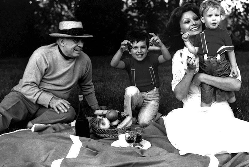Со временем Софи Лорен стала неотъемлемой принадлежностью национального имиджа Италии<br>На фото: с мужем и детьми