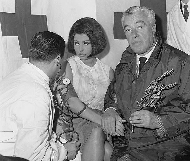 Впервые Софи Лорен снялась в кино в 1950 году, выбрав себе творческий псевдоним Ладзаро. Известность ей принесло участие в фильме «Золото Неаполя» (1954) Витторио де Сики (cправа). С этим режиссером прочно связана творческая жизнь Лорен (он же снял «Брак по-итальянски», принесший актрисе небывалую славу в СССР)