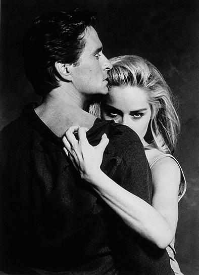 Следующие два десятилетия принесли Майклу Дугласу несколько продюсерских успехов, довольно скромных, зато его стали приглашать на главные роли. Более того — на роли героев-любовников. А в 1992 году случилась одна из самых неоднозначных ролей Дугласа — детектива в «Основном инстинкте»