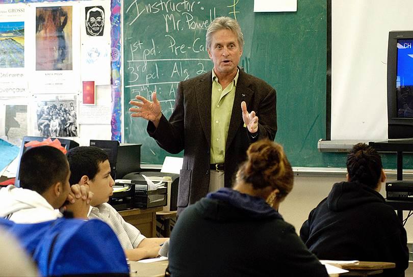 В 2009 году Майкл Дуглас обратился к американским властям с призывом легализовать марихуану, а полученные от этого доходы направить на решение проблем образования и здравоохранения<br>На фото: Майкл Дуглас проводит школьный урок для детей из малообеспеченных семей