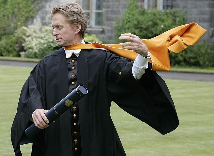 В 2006 году шотландский университет Сент-Эндрюс присвоил Майклу Дугласу докторскую степень в области права, «признав его выдающийся вклад в кинематограф»