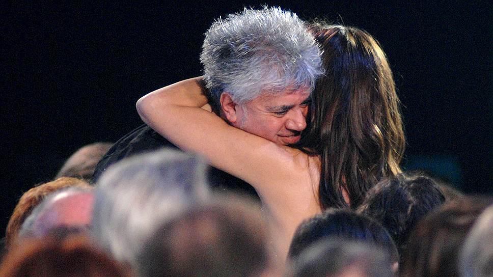 Несмотря на мировое признание, Киноакадемия Испании не жаловала Альмодовара. Сначала фильм «Поговори с ней» не был выдвинут на «Оскар» в номинации «Лучший иностранный фильм», затем картина «Дурное воспитание» (2004) не получила ни одной национальной премии «Гойя». В ответ Альмодовар вместе с братом объявил о выходе из состава академии, объяснив это несогласием с системой голосования