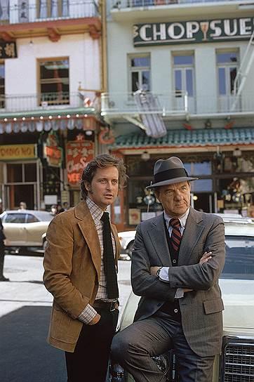 Первым фильмом Майкла Дугласа был «Привет герою» (1969), а известность ему принес криминальный сериал «Улицы Сан-Франциско». Невозмутимый юноша-полицейский, отстреливавшийся от бандитов, превратился в народного любимца. Майкл (слева) привык еженедельно видеть себя на телеэкране, учить текст, не пугаться включенной камеры, а также тратить собственные деньги
