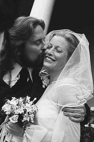 Когда Дугласу было 32, он женился на Диандре Люкер (на фото). Потом, после встречи с Кэтрин Зетой-Джонс, ему пришлось откупаться от бывшей жены за $80 млн
