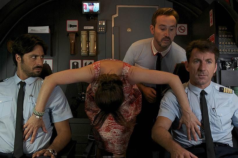 В 2013 году Альмодовар вернулся к жанру комедии: на экраны вышел фильм «Я очень возбужден» (кадр на фото). Действие разворачивается на борту самолета, у которого повреждено шасси, и он кружит в ожидании свободной посадочной полосы над Толедо